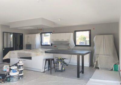 Mise en peinture traditionnelle d'une cuisine dans projet neuf