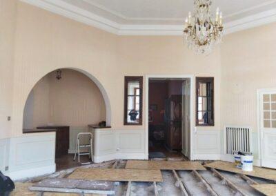 Etat d'une pièce à rénover avant travaux : Fissures, mauvais état des murs et des sols