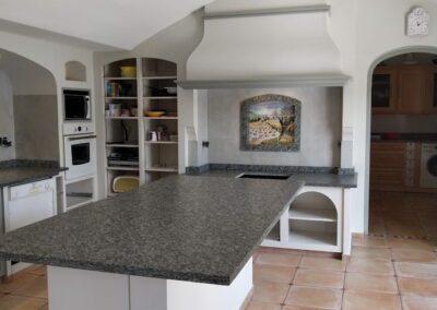 Relooking terminé d'une cuisine avec béton ciré et crédence grise