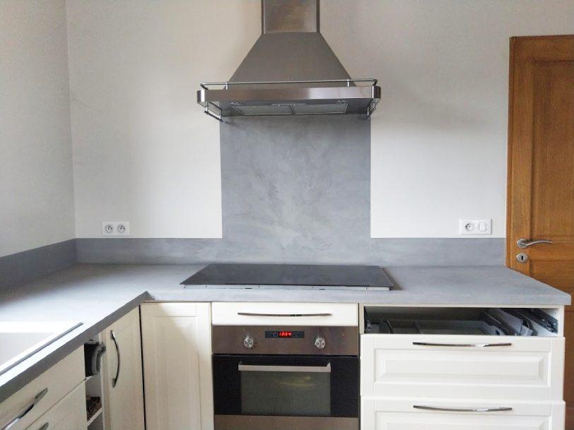 AM PEINTURE : Décoration d'une cuisine avec plan de travail en béton ciré et peinture