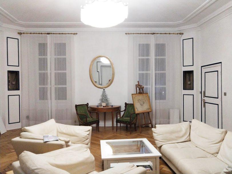 Décoration intérieure : Mise en valeur des moulures et mise en peinture d'un salon cocooning