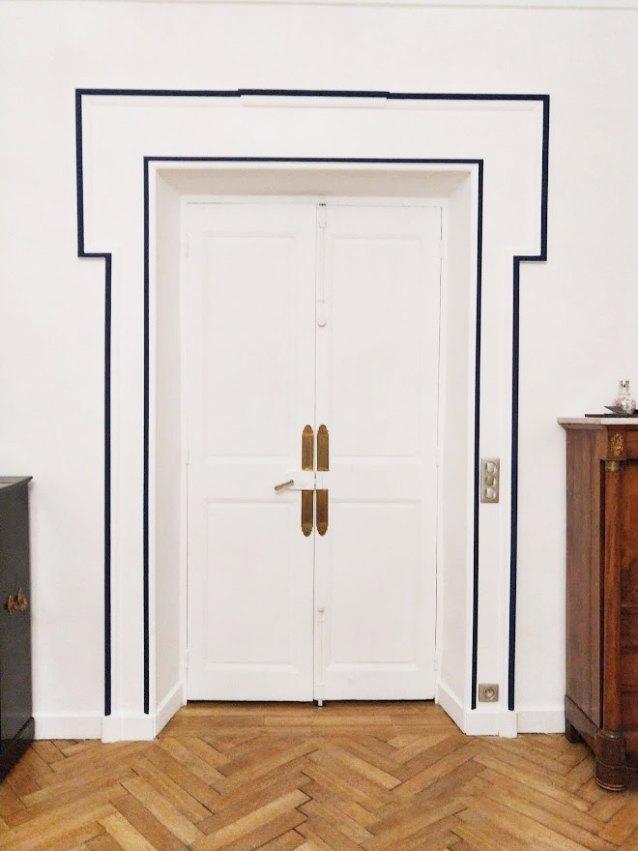 AM PEINTURE :décoration intérieure : peinture encadrement porte mise ne valeur des moulures