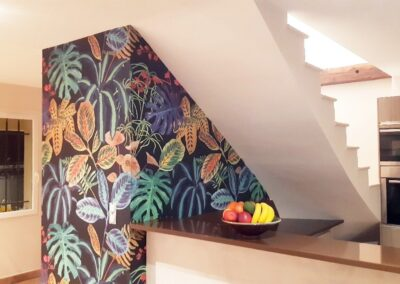 Décoration d'une montée d'escalier en papier peint tropical